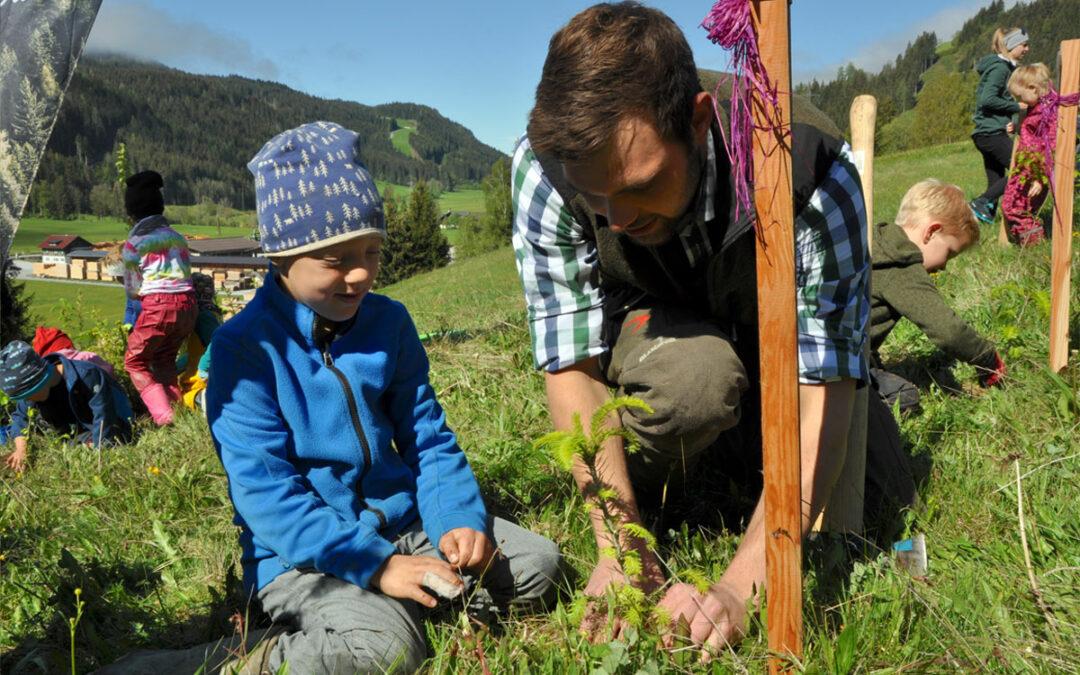 """Kinder pflanzen """"Wald der Zukunft"""" in SALZBURG"""